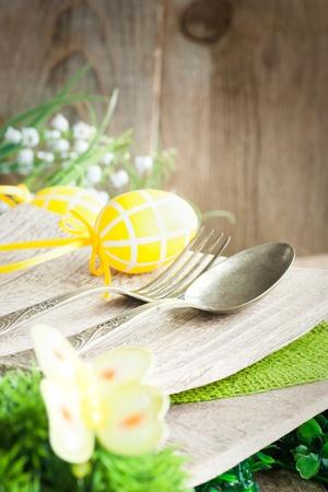 S�rie menu du restaurant. Place setting de P�ques. Fourchette et couteau dans champ�tre table rustique Banque d'images
