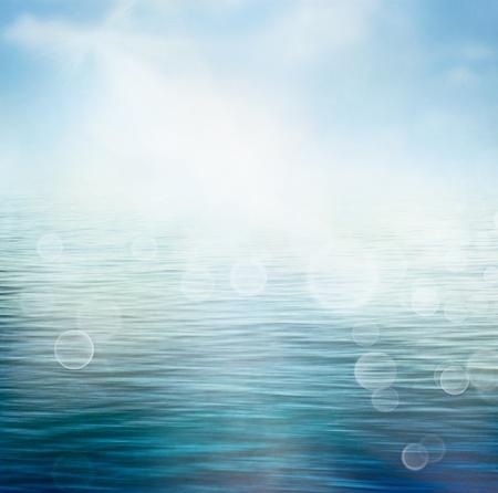 �t� la nature abstraite ou de printemps vagues de l'oc�an fond de la mer petites sur la surface de l'eau dans le flou de mouvement avec des lumi�res de l'aube bokeh