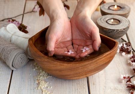 Spa et bien-être avec réglage de manucure savon naturel, des bougies et des serviettes Beige ensemble la nature dayspa