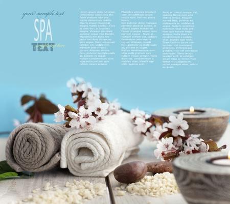 Spa och wellness miljö med naturlig tvål, ljus och handduk. Beige dayspa natur set med copyspace Stockfoto