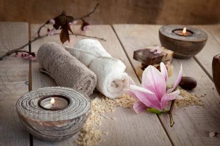 massaggio: Spa e l'impostazione benessere con sapone naturale, candele e asciugamano. Beige dayspa natura impostato