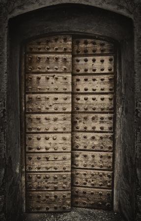 door bolt: Antiguo puerta r�stica �rabe Foto de archivo