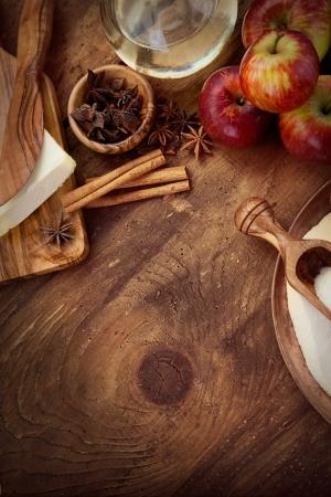 Bakning konceptet bakgrund. Gränsen design matlagning, jul och vinter cookies ingredients.Baking bakverk och kakor: äpplen, kryddor, socker, ägg på trä