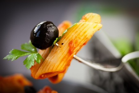 aliment: Pâtes penne avec la cuisine italienne sauce tomate, olives et décorer
