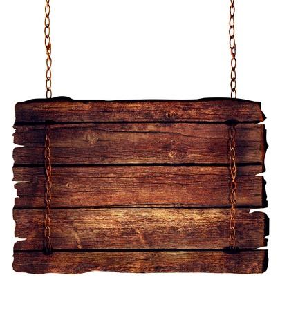 Panneau en bois suspendu à des chaînes isolées sur fond blanc.