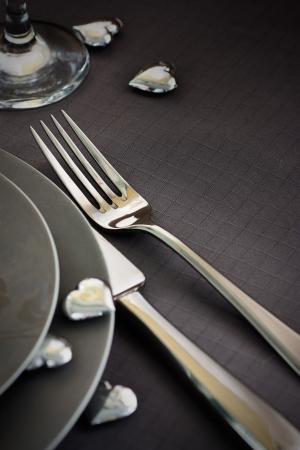 diner romantique: S�rie restaurants. Le d�ner le jour de Valentines avec service de table en rose et gris et vacances ornements �l�gants cardiaques
