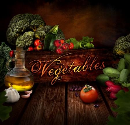 Dise�o Alimentos - Verduras frescas. Fondo de madera con aceite de oliva, jud�as, ajos, tomates, repollo, br�coli, r�bano y ensalada de lechuga. Foto de archivo - 17452320
