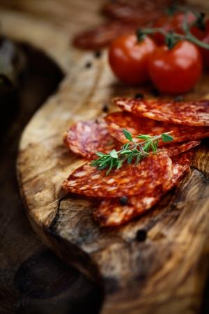 Chorizo ??salami saucisse sur fond rustique Viande charcuterie