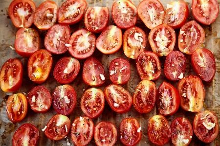 legumbres secas: Comida vegetariana. Tomates secados al sol con las hierbas y el ajo. Verduras comida italiana