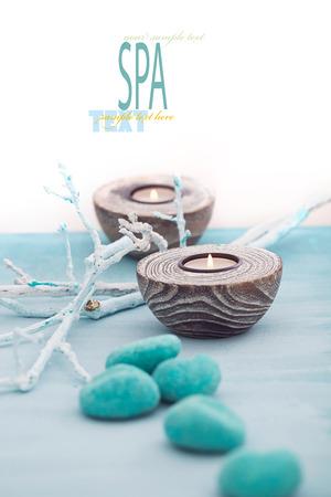 sal: Spa y bienestar entorno con flores, velas y toalla naturaleza dayspa Conjunto azul con copyspace