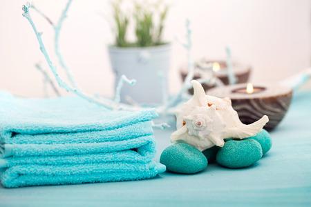 Spa- en wellness-omgeving met bloemen, kaarsen en een handdoek. Blauwe dayspa natuur set met copyspace Stockfoto