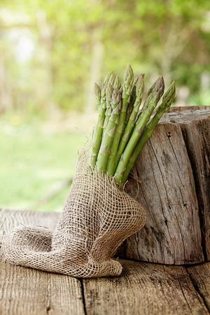 有機野菜。木材には新鮮なアスパラガス。生鮮食品
