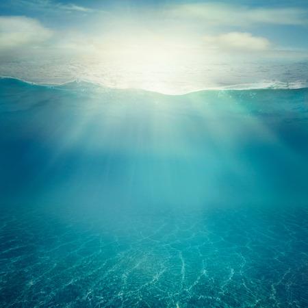 夏の背景。水中の海の景色。海の水の表面。