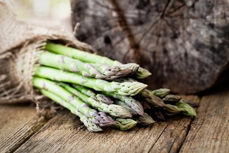 有機の野菜。木材には新鮮なアスパラガス。生鮮食品 写真素材