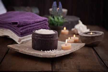 Mise en spa et de bien-être avec du sel de bain naturel, des bougies, des serviettes et des fleurs. Bois ensemble dayspa la nature Banque d'images - 28062087