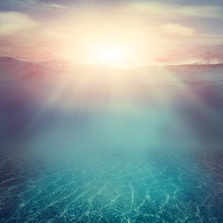 ozean: Sommer-Hintergrund. Unterwasser-Blick aufs Meer. Ozeanwasseroberfläche. Lizenzfreie Bilder