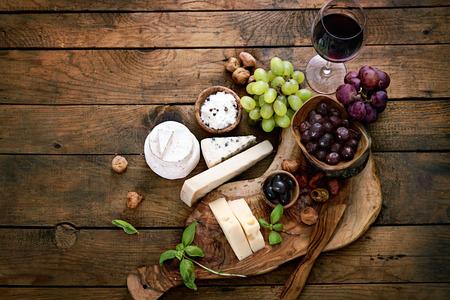 comida: Las variedades de queso. Fondo de alimentos. Ingredientes frescos en la madera Foto de archivo
