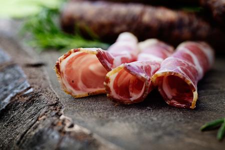 코파 돼지 고기 칼라 햄. 나무에 콜드 컷. 소박한 햄 퀴 토 햄