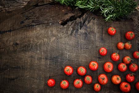 신선한 야채입니다. 야채 정원에서 나무에 로즈마리와 체리 토마토
