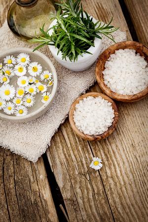스파, 꽃, 꽃, 물과 수건 웰빙 설정. 천연 스파 설정 스톡 콘텐츠