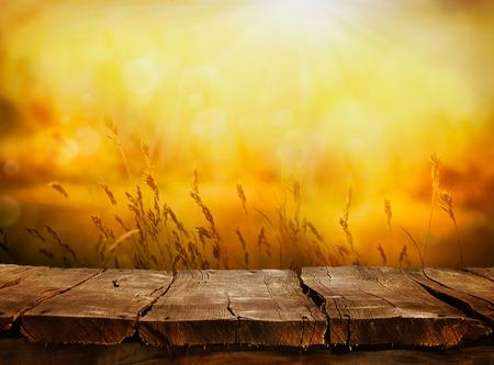 otoño: Verano o otoño. Layout mesa vacía en la puesta del sol de la tarde. Pantalla de madera