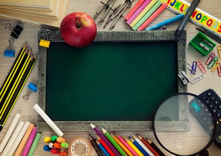 School objecten voor studenten. Krijtbord, potloden, kleurpotloden en appel Stockfoto