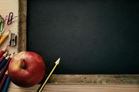 convivencia escolar: Objetos de la escuela para los estudiantes. Pizarra, l�pices, l�pices de colores y manzana Foto de archivo