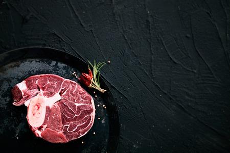 고기. 허브와 함께 원시 고기 스테이크 블랙 스톡 콘텐츠