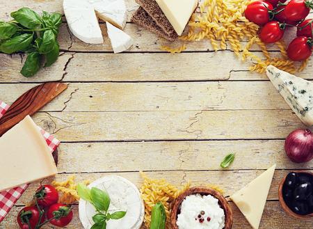 Cocina italiana. Ingredientes frescos con pasta de la cocina italiana. Las variedades de queso
