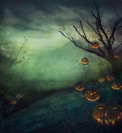 Ontwerp Halloween met begraafplaats pompoenen. Horror achtergrond met herfst vallei met bossen, griezelige boom en kwaad pompoenen.