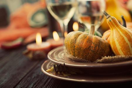 gourmet dinner: Mesa de la configuraci�n del oto�o con las calabazas. La cena de Acci�n de Gracias y la decoraci�n del oto�o. Foto de archivo
