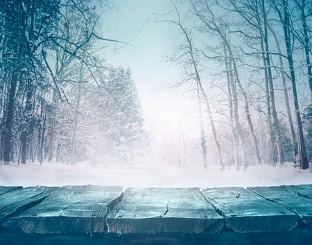 나무 테이블 앞에 겨울 눈 풍경입니다.