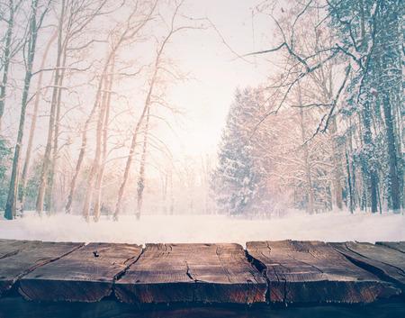 Winter sneeuw landschap met houten tafel Stockfoto