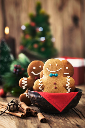 Christmas food. Gingerbread man cookies in Christmas setting. Xmas dessert 免版税图像