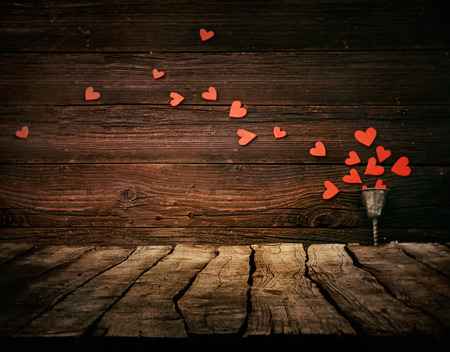 romance: Fundo Dia dos Namorados. Madeira Tabletop com corações. Conceito dos namorados Banco de Imagens