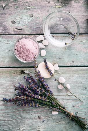 스파와 라벤더 꽃, 꽃 물과 목욕 소금 웰빙 설정. Dayspa 자연 세트 스톡 콘텐츠