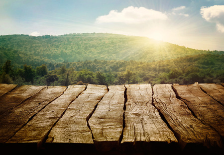 木製のテーブル。松の森と空のディスプレイと春のデザイン。あなたのモンタージュのためのスペース