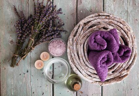 Spa und Wellness-Einstellung mit Lavendel Blumen; Blütenwasser und Badesalz. Dayspa Natur Set;