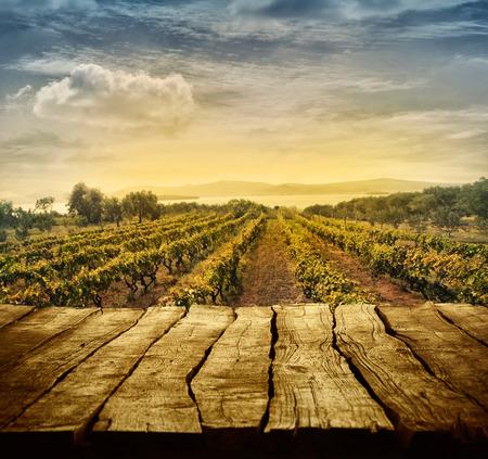 나무 테이블입니다. 포도원과 빈 디스플레이 봄 디자인. 당신의 몽타주를위한 공간입니다. 가을 포도 수확