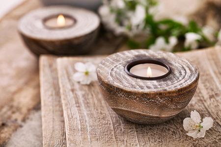 Spa en wellness-omgeving met natuurlijke zeep, kaarsen en een handdoek. Beige dayspa natuur set met copyspace