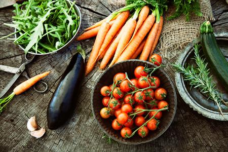gezonde mensen: Verse biologische groenten. Voedsel achtergrond. Gezonde voeding uit de tuin Stockfoto
