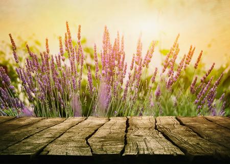 Houten tafel met lavendel. Houten tafelblad met bloemen
