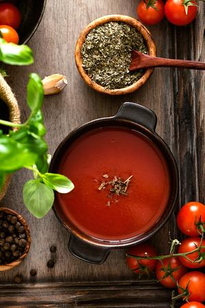 토마토 수프. 토마토, 허브와 향신료와 집에서 만드는 토마토 수프. 안락한 음식.