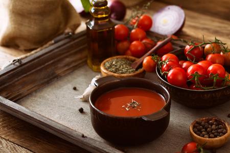 tomate cherry: Sopa de tomate. Sopa de tomate casera con tomates, hierbas y especias. La comida de comodidad. Foto de archivo