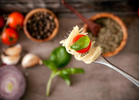이탈리아 요리. 포크에 파스타입니다. 올리브 오일, 마늘, 바 질, 토마토와 파스타. 토마토와 스파게티