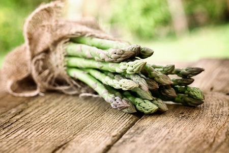 Las hortalizas orgánicas. Espárrago fresco en madera. Los alimentos frescos