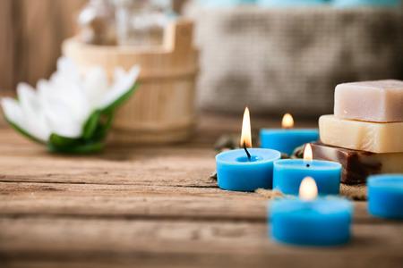 massage huile: Spa et bien-être cadre avec des fleurs et des serviettes. Produits de la nature dayspa