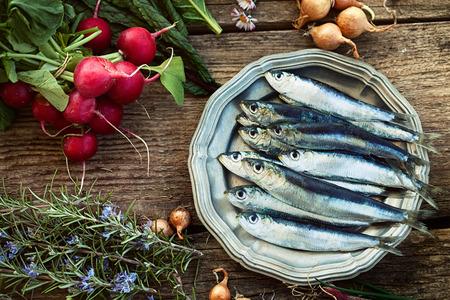 Verse sardines met groenten Stockfoto