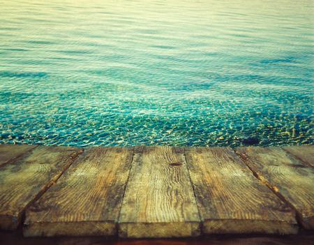 木桌子。夏天的背景。海洋的涟漪。假期自然背景。