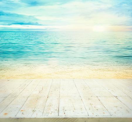 나무 테이블입니다. 여름 배경입니다. 일몰과 함께 바다. 당신의 몽타주를위한 나무 널빤지